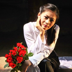 vietnamese model (unknown) & roses (llus) Tags: red roses girl beautiful beauty smile rose redrose streetphotography vietnam beautifulwomen beautifulwoman bouquet hanoi templeofliterature vanmieu redroses humaninterest streetportraits aodai vietnamesewomen vitnam vietnamesegirl hni  vnmiu vietnamesewoman vietnamesegirls odi urbanportraits vietnamesemodels retratosurbanos vietnamesemodel retratocallejero fotografacallejera retratoscallejeros