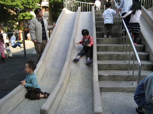 小樺開心的玩,左邊的小弟哭著在找媽媽