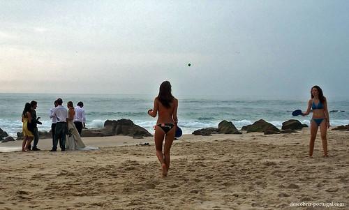 Jovens raparigas a brincar na praia