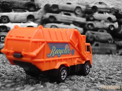 Recycler truck II (tonywheels) Tags: orange car truck miniature rusty camion hotwheels 164 scrapyard casse recycler diecast épave recyclertruck