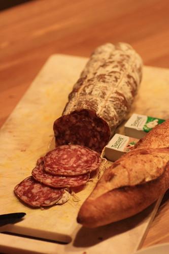 saucisson, baguette et fromage