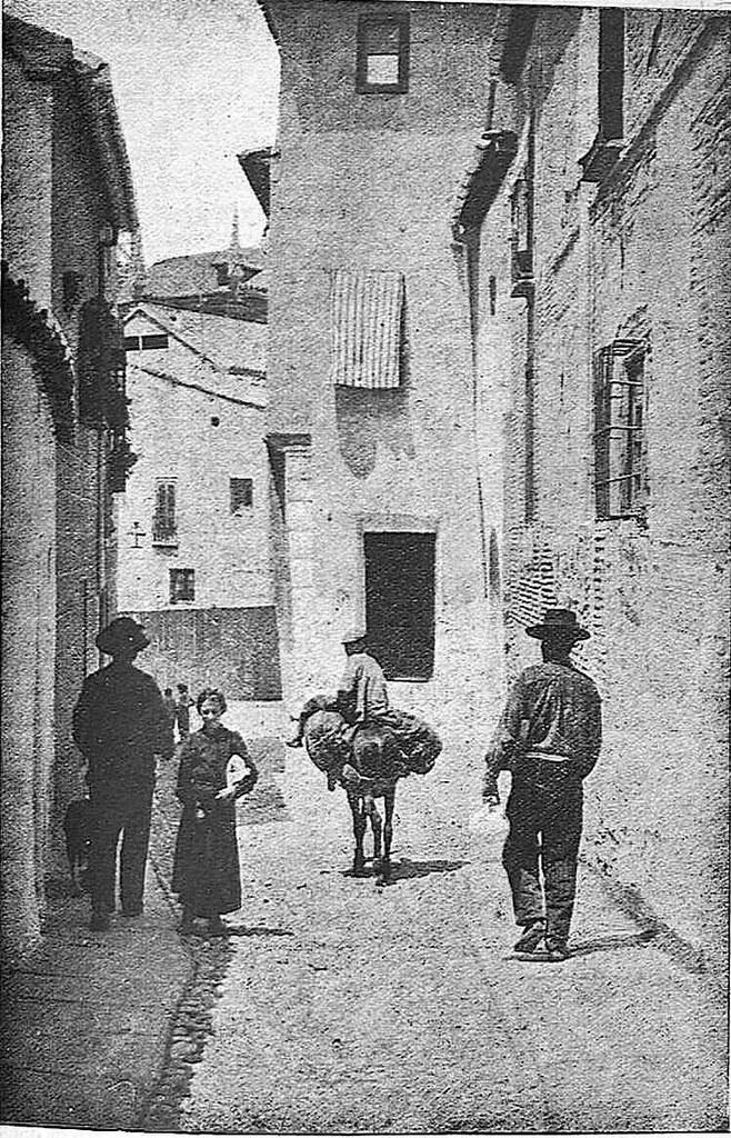 Final de la calle del Ángel junto al Arco del Judío hacia 1928. Fotografía de Narciso Clavería publicada en agosto de ese año en la Revista Toledo