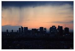 La Defense duchándose (Nacho Mula) Tags: city sunset sun paris sol rain skyline night atardecer noche lluvia twilight cité ciudad crepusculo defense negocios rascacielos bussines plui