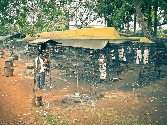 Место для жертвоприношений рядом с храмом Дерева Будды