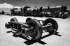 Cemeterio de Trenes (Johnson Barros) Tags: ferias travel trip vacations viagem uyuni trem trenes cemeterio cemiterio pb bw well roda locomotiva deserto desert