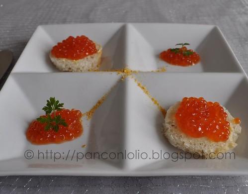 tartine con caviale di salmone e burro alla polvere di mandarino