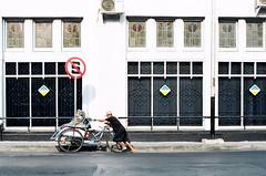 S Coret (Cak Bowo) Tags: street morning slr film architecture indonesia 50mm nikon snapshot streetphotography dailylife nikkor surabaya becak activities aktivitas transportasi f4s nikkor50mmf14 eastjava nikkor50mm arsitektur afnikkor50mmf14d nikonf4s tansportation forgotthefilm