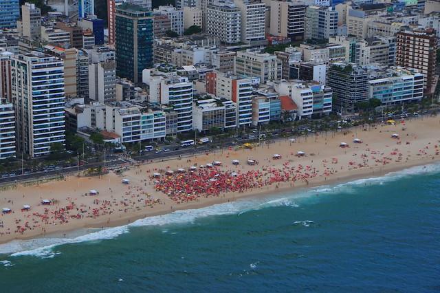 Зацените плотность зонтиков на гей-пляже Ипанемы