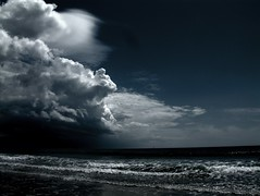 [フリー画像] 自然・風景, 海, ビーチ・砂浜, 雲, 暗雲, 嵐, 201101120100