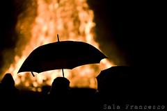 Elementi in disordine... (100% made in Friuli) Tags: italy umbrella canon fire italia 5d f2 fuoco ombrello befana friuli epiphany 135l remanzacco pignarl