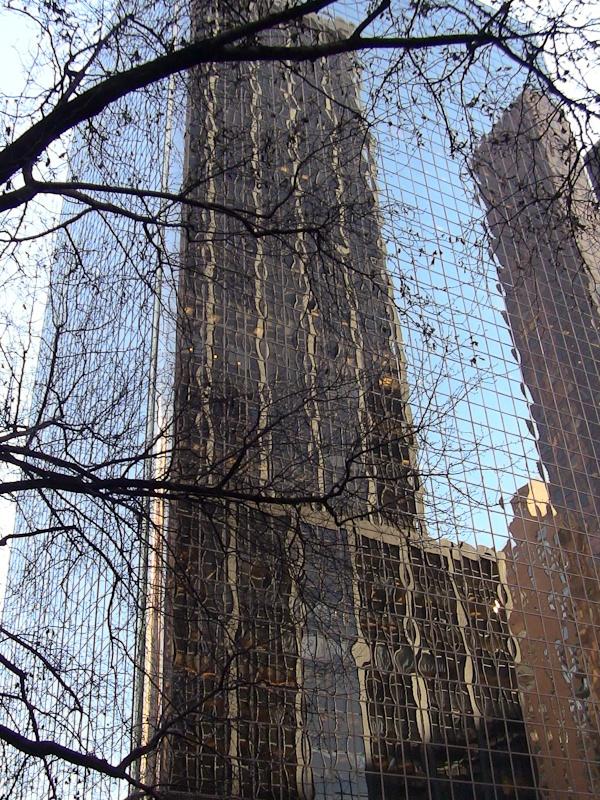 """Один небоскреб """"врастает"""" в другой"""