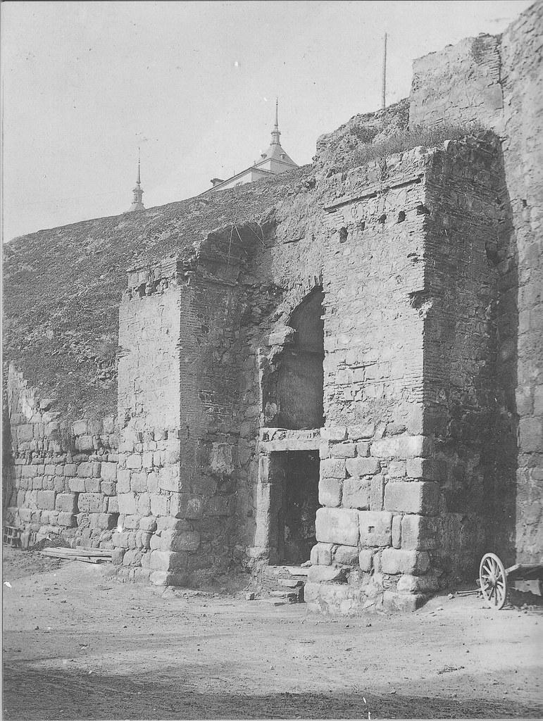 Puerta de Alcántara recién descubierta en 1911. Fotografía de Pedro Román Martínez