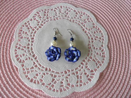 Brincos Rosas azuis com perolas by Fuxiquices-da-isa