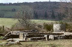 St-Merd-les-Oussines (Corrze) (Cletus Awreetus) Tags: france pierre corrze bac ruines antiquit rservoir granit thermes plateaudemillevaches villagalloromaine stmerdlesoussines