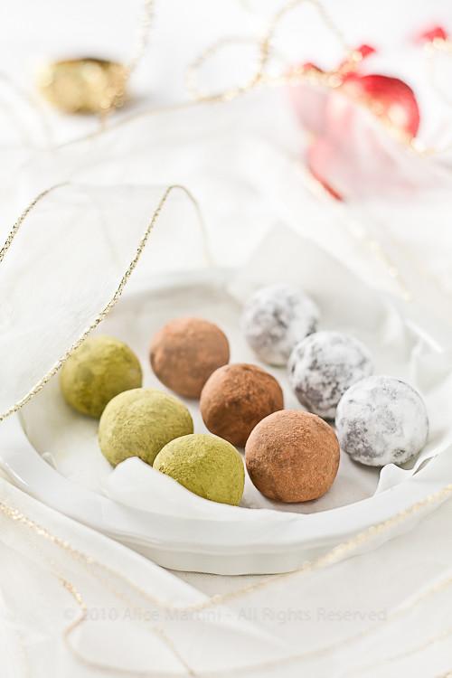 Tartufini al cioccolato, ciliegie e pasta di mandorle