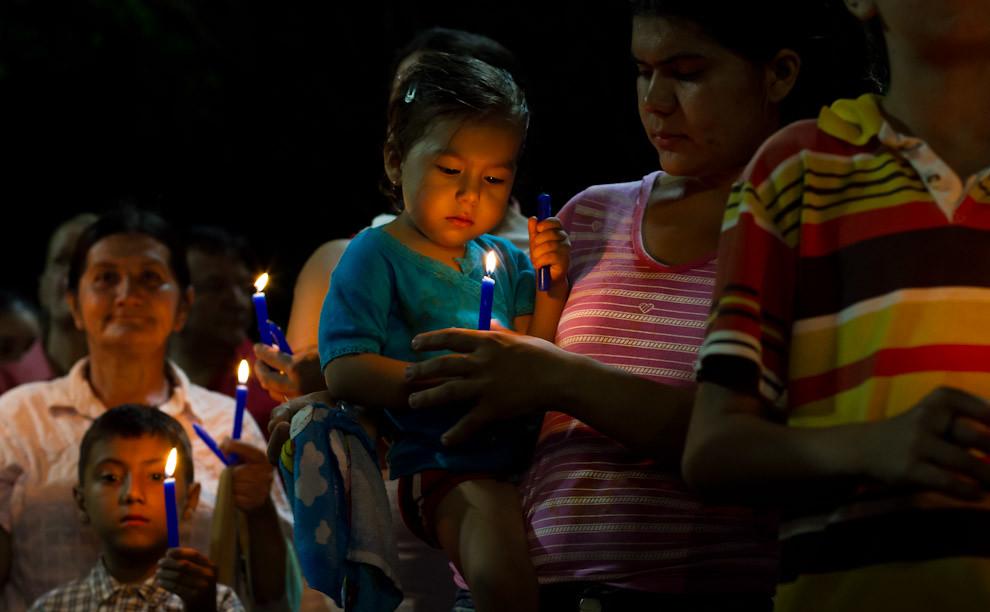 Estos niños llevan velas encendidas de color azul que son un símbolo de las plegarias de la gente que llega a Caacupé. (Tetsu Espósito - Caacupé - Paraguay)