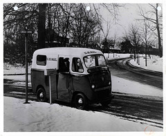 Photograph of mail van in the snow (Smithsonian Institution) Tags: snow mailbox mailman circledrive smithsonianinstitution usmail circledr nationalpostalmuseum twincoach fageol fageolponyexpress