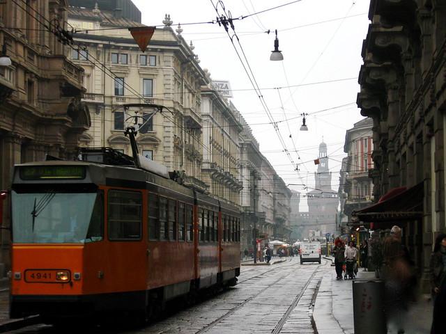 ミラノの路面電車と時計台のフリー写真素材