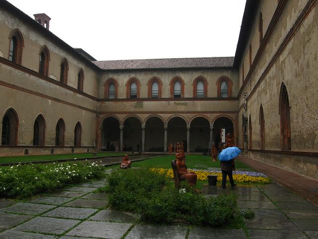 スフォルツェスコ城の中庭のフリー写真素材