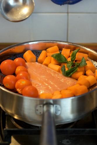 Samone, carote e pomodorini al vapore