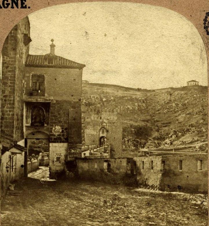 Puente de San Martín hacia 1858 con los restos en pie de la fortificación creada en la Segunda Guerra Carlista. Fotografía estereoscópica francesa (detalle). Colección Luis Alba, Ayuntamiento de Toledo