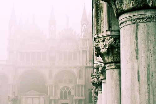 [フリー画像] 建築・建造物, 教会・聖堂・モスク, 霧・霞, イタリア, 201101251900