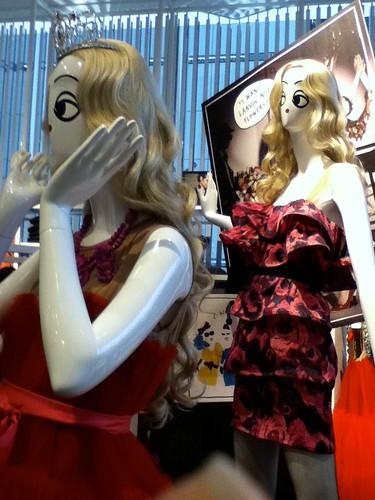 Lanvin x H&M.Naloka ang mannequin dahil walang bumili kahit limited edition