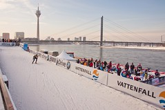 FIS Ski-Langlauf-Weltcup in Dsseldorf (c-h-l) Tags: city bridge schnee trees houses winter light urban panorama sunlight snow cold sports water sport skyline buildings river germany deutschland landtag nikon wasser track skyscrapers weekend crosscountry event nrw fernsehturm worldcup ufer sprint dsseldorf rhine altstadt rhein 2010 chl fis piste wochenende huser langlauf abfahrt medienhafen wettkampf hochhuser zuschauer rheinbrcke d90 sonnenlicht weltcup sportler rheinuferpromenade landeshauptstadt flus vormittag skilanglauf nikond90 rathausufer langlufer cityhumanlife fisskilanglaufweltcup fiscrosscountryworldcup