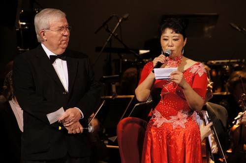 Zwei Hosts, Erfüllt Fashion Opera und Symphony in Orient Expressione at River Rock Show Theatre, Vancouver International Model und Beauty Pageant