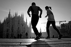 (Donato Buccella / sibemolle) Tags: street shadow blackandwhite bw italy milan silhouette backlight milano streetphotography run duomo jogging runner lowangle fromtheground maurocovacich sibemolle runningcouple aperdifiato lumiliazionedellestelle