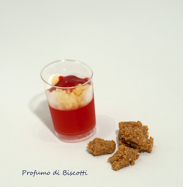 Campari Solido con granita all'arancia e coulis di fragole con Noccioline