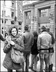 Canned sardines (Jess Garrido) Tags: barcelona christmas street shadow girl beautiful smile temple photography navidad calle waves chica walk wide sidewalk paseo step laughter rua sonrisa mermaid guapa risa sympathetic sympathy simpatia fotografa acera steely casuallook simptica acerado ngelesgonzlezsinde fotosjessgarrido unamiradacasual jessgarridofotos photosjessgarrido imgenesjessgarrido jesusgarridophotos