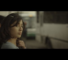 Una tarde cualquiera ( Hec Ochoa) Tags: street woman calle mujer candid scene busstop espera pensativa paradadecamion