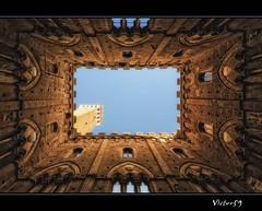 Sotto la torre del Mangia.. (sirVictor59) Tags: italy topf50 nikon italia topf300 tuscany siena toscana topf100 topf250 topf200 torredelmangia 10mm topf400 topf500 sigma1020 flickrsbest nikond300 sirvictor59 saariysqualitypictures