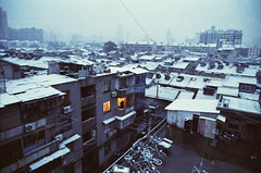 Dec 16 snowfall. Looking northwest from the tenement at Heshun Jie. (avezink) Tags: china snow slr film analog canon december shanghai kodak vista   eos30 oldtown tenement moviefilm  iso500 5279  500t kodakvision500t kodakvision heshunjie gettyimageschinaq1
