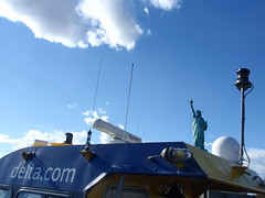 Libert de communication (escalepade) Tags: nyc newyorkcity usa statue america us manhattan libert statueofliberty deltacom flickrtravelaward