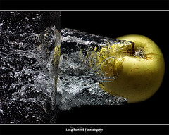 Apple's Splash (Luca Rusconi) Tags: apple water canon eos 50mm iso100 luca raw flash giallo ii single wireless splash backstage 50 acqua f8 hdr luce bolla tuffo trigger mela bolle soffusa buble gialla speedlite 430ex ps5 buccia 450d anawesomeshot pt04 phottix rusconi moltiplica t1250 photoengine tripoded oloneo