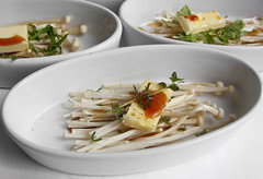 Enoki mushroom with butter and soy (FotoosVanRobin) Tags: recipe  enoki recept enokidake flammulinavelutipes enokitake  goldenneedlemushroom    kimchm  asianingredients goudennaald goudennaaldpaddenstoelen aziatischeingredientennl aziatischeingredinten jnzhng goldenlilymushroom jng  paengibeoseot trmvng goldenchampignons champignongsteeltjes goldernerliliepilz doradoseta