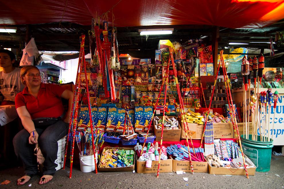 La venta de petardos y  luces de artificio fue masiva como en todos los años, ya sea en el Mercado 4 o en distintas esquinas de la capital.  (Tetsu Espósito - Asunción, Paraguay)