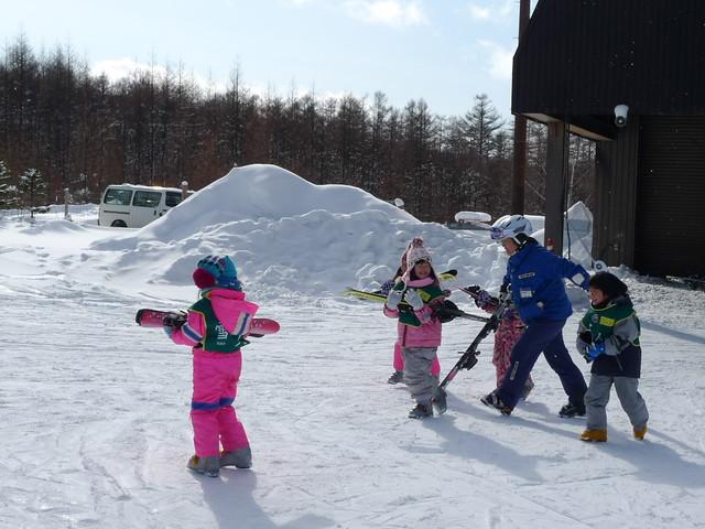 帶著四個小小學生的日本滑雪教練