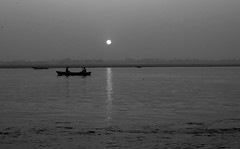 INDIEN, india, (Benares) Varanasi, before sunrise on the Ganges near the ghats, 14404/7286 (roba66) Tags: varanasibenares sip boot boat ganges indien indiennord asien asia india inde northernindia urlaub reisen travel explore voyages visit tourism roba66 benares varanasi ganga ghat pilgerstadt pilger rio river fluss sunrise sonnenaufgang wasser water blackwhite bw sw branco negro blackandwhite blancoenero blancoynegro monochrome byn bretoebranco einfarbig schwarzweis spiegelung mirror reflejos reflection reflektion riflesso riflessioni reflect reflections glass reflexo