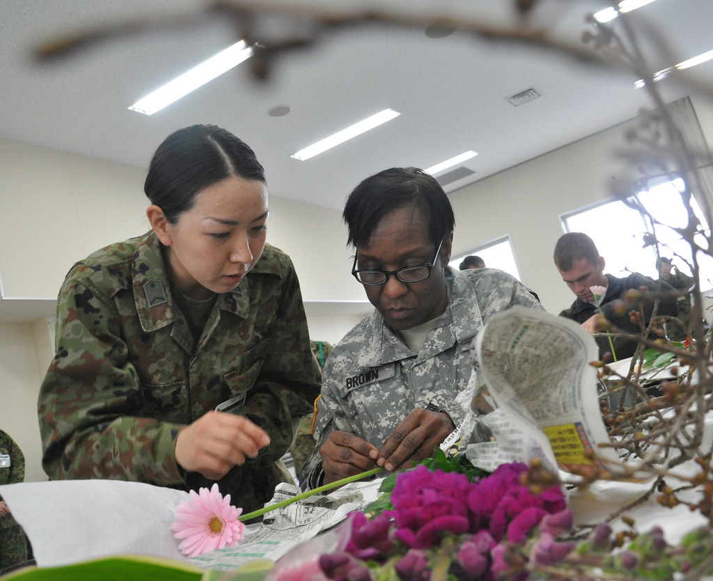 U.S. Soldiers learn ikebana through traditional Japanese arts