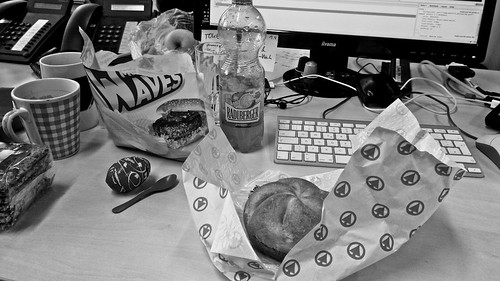 Mittagessen am Büro-Schreibtisch.