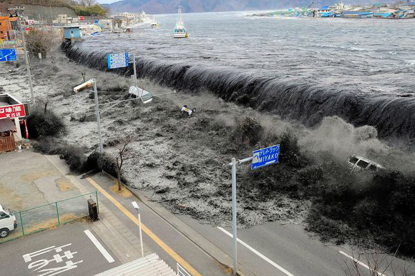 japan-earthquake-tsunami-nuclear-unforgettable-pictures-wave_33291_600x450@640