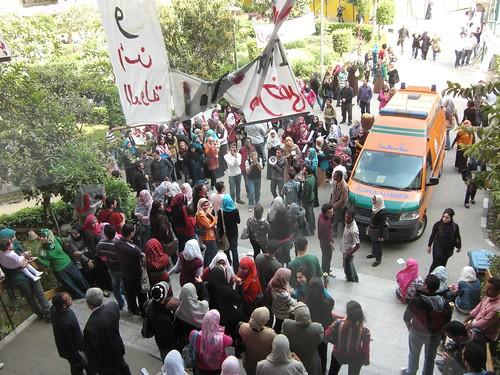 عربة اسعاف أمام الكلية-تصوير داليا العقاد