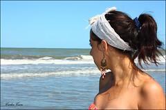 Mi mejor modelo (Carlos Casa) Tags: portrait sabrina canon eos mar is retrato playa villa 1855mm olas efs ef oceano xsi pauelo aro gesell arete sabri chavi f3556 450d sabrinacasa