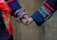 Hmong friendship - Sapa Vietnam (Eric Lafforgue) Tags: kids children hands asia hand main culture tribal vietnam viet tribes asie tradition tribe ethnic tribo vietname ethnology tribu  wietnam ethnie    vietnam6662