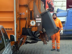 . (AFIK  BERLIN) Tags: orange berlin streetlife guys bsr kiez ragazzi dustman garbageman shabab kietz crelle