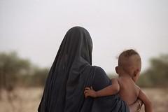 Bedouin (ronniedankelman) Tags: africa travel portrait woman baby face canon desert afrika mali tribe tombouctou timbuktu portret stam bedouin afrique reizen gezicht woestijn timboektoe toeareg republicofmali bedoeen rpubliquedumali malikafasojamana unpeupleunbutunefoi