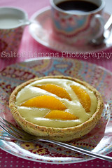 Tartalette with orange-mango curd and orange wedges